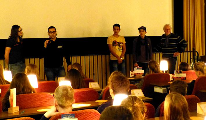 Anna-Katharina Wellnitz moderiert die Diskussion mit in Harsefeld lebenden Flüchtlingen und den Schülerinnen und Schülern