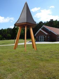 Fotomontage eines Glockenturms vor der Kapelle am Ehrenberg-Friedhof in Harsefeld