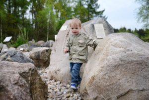 Garten der Steine mit Kind